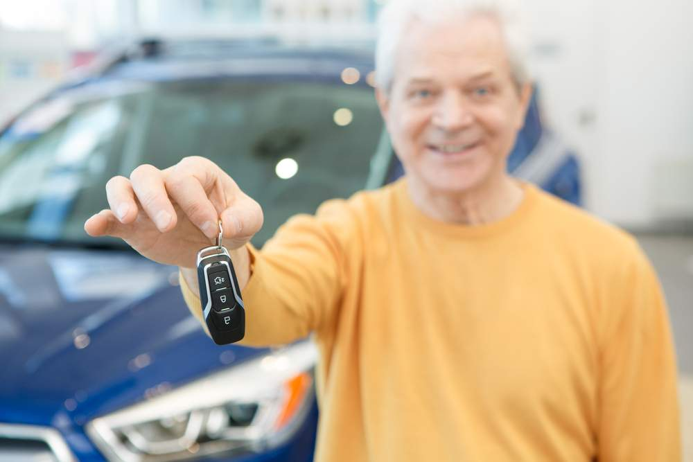 hombre entrega llave para vender coche como chatarra