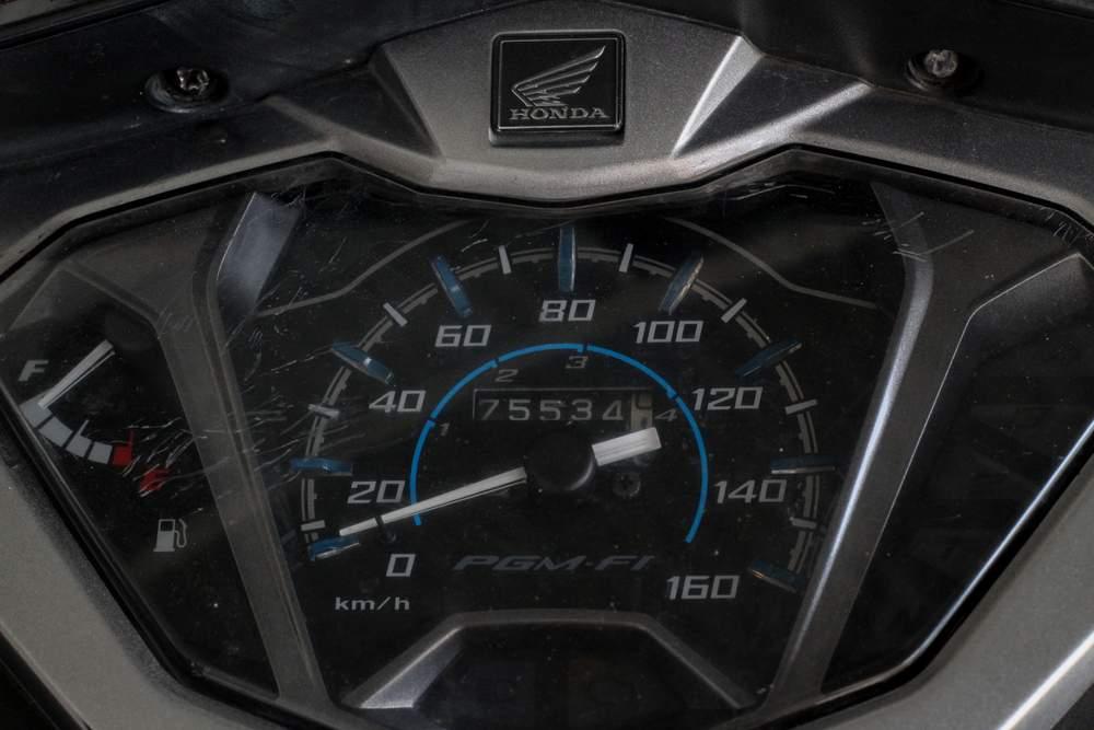 Cuentakilómetros de moto honda que muestra cuánto dura una moto de 125 cc