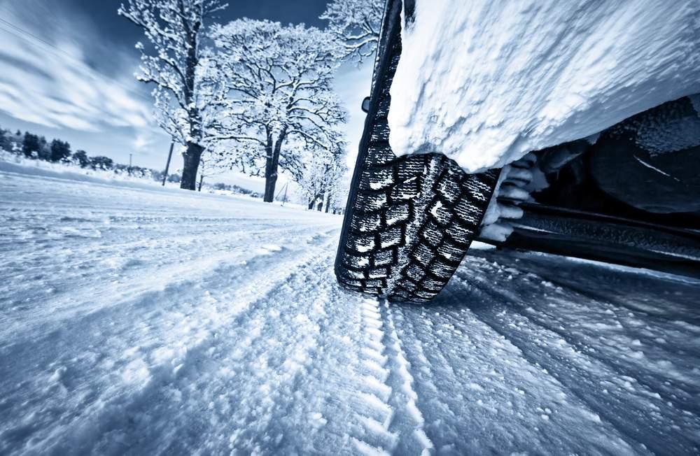 neumáticos nuevos o de segunda mano rodando sobre nieve en invierno