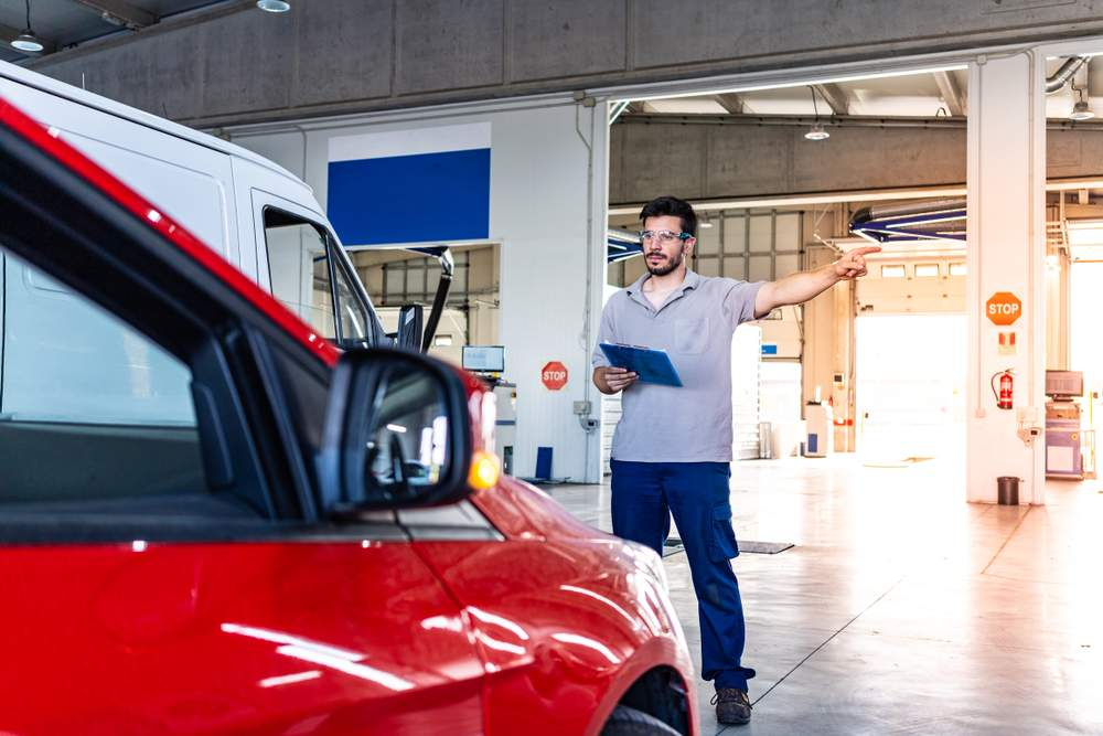 Técnico de ITV realizando inspección al vehículo durante estado de alarma Covid-19