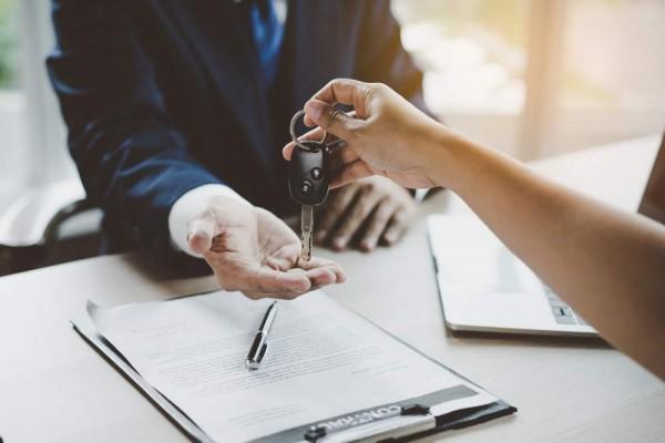 Persona vende su coche al desguace y entrega llave al empleado